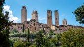 Towers and houses natural surroundings at San Gimignano — Stock Photo