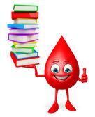 Blod droppa karaktär med högen av böcker — Stockfoto