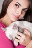 Brunette beauty with cute kitten. — Stock Photo