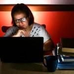 žena pracující na přenosném počítači — Stock fotografie #59428037