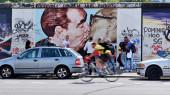 Graffiti del muro de Berlín, Alemania - 17 de junio, visto en 17 de junio de 2015, Berlin, East Side Gallery. Su larga parte del muro original que se derrumbó en 1989 a un 1.3 km. — Foto de Stock