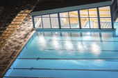 Pool under light at night — Stockfoto