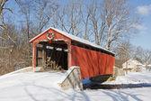 Überdachte Brücke im Winter — Stockfoto