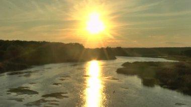 закат солнца (восход) выше лес и река летом, — Стоковое видео