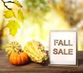 Sarı sonbahar yaprakları arka plan üzerinde satışı işareti düşmek — Stok fotoğraf