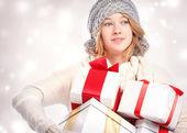 Feliz joven sosteniendo muchas cajas de regalo — Foto de Stock