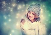 šťastná mladá žena držící dárkový box — Stock fotografie
