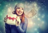 Woman holding present box — Fotografia Stock