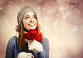 Young woman holding red roses — Fotografia Stock