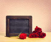 Empty rustic chalkboard with roses — Fotografia Stock