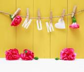 Hanging MOM letters with carnation flowers — Stock Photo