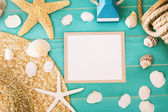 Blank message card with sea shells and straw hat — Stock Photo