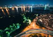 Tokyo bay and traffic with downtown in the background — Stock Photo