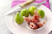 Ripe figs and parma ham, traditiional italian recipe — Stock Photo