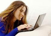 Leende flicka på laptop — Stockfoto