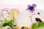 Detail of serving dish with edible flowers, mint and artichoke — Stock Photo