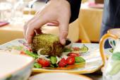 Serving dish with tuna fillet cooked in sesame crust and fresh v — Stock Photo