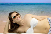 Smiling girl in beachwear relaxing to the beach — Stock Photo