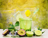 Refreshing passion fruit and lime cocktail — Stock Photo