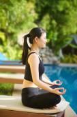 азиатская девочка, практикующая йогу — Стоковое фото