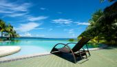 Swimming pool vacation resort with recliner in Boracay — Stock Photo