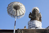 Balinese statue and umbrella — Stock Photo