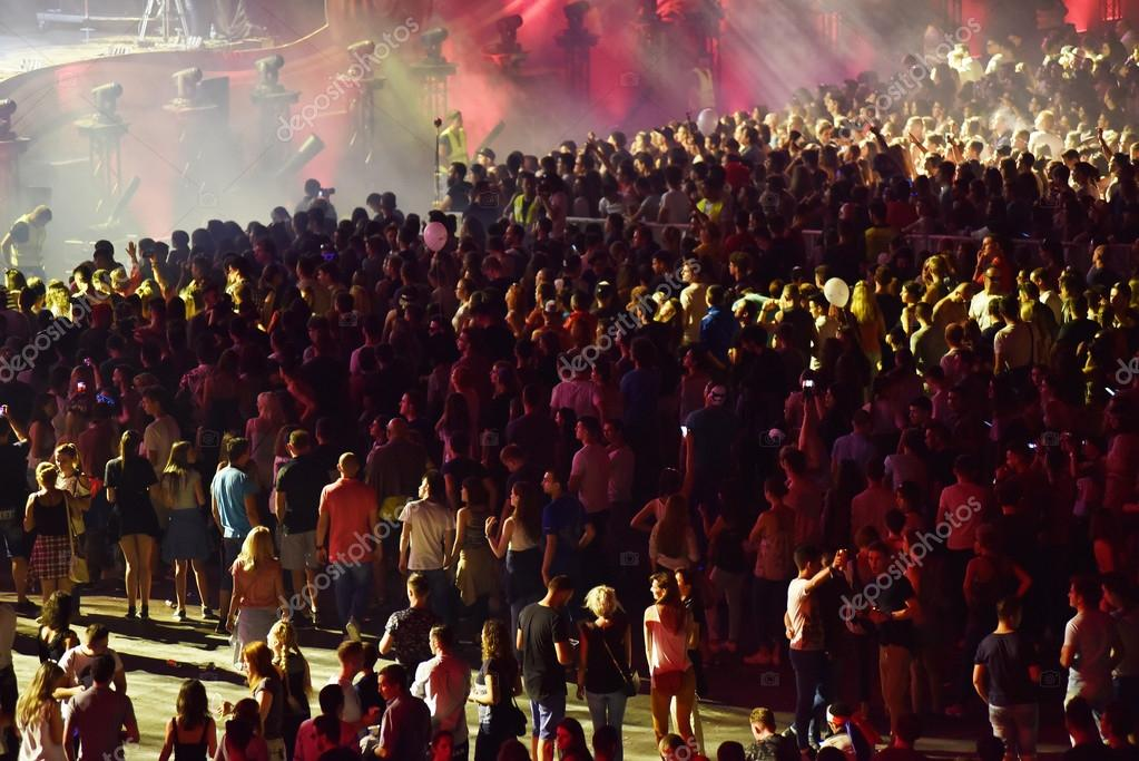 Звук толпы на концерте скачать