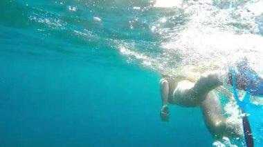 Mulher de mergulho no mar - visão subaquática câmera lenta — Vídeo stock