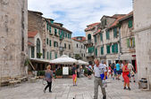 Tourists visiting city of Split, Croatia — Stock fotografie