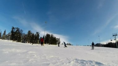 Snowboarder snowboarding in a beautiful sunny day — Stock Video