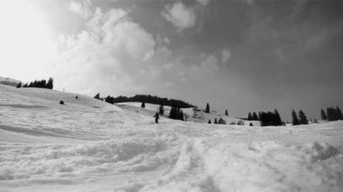Slow motion of a skier skiing down on the slope. Black and white HD movie — Stock Video