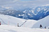 Skiers skiing on the piste in the Alps — Foto Stock