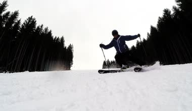Slow motion of a skier skiing down the slope — Stock Video