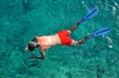 Man snorkeling at Phi Phi Island, Phuket, Thailand — Stock Photo