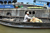 Fruit seller in the Cai Rang Floating market, Mekong delta, Viet — Stock Photo
