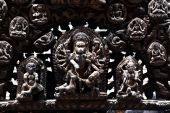 Carved wooden details on a public Hindu temple. Kathmandu, Nepal — Stockfoto
