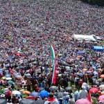 Crowd of Catholic pilgrims gathering to celebrate the Pentecost — Stock Photo #70881663