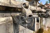 Carved stone public fountain in Pashupatinath, Nepal — Stock Photo
