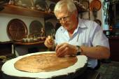 Craftsman tinkering a copper dish in Mostar — Stock Photo