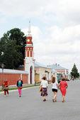 La gente camina en kremlin en kolomna, rusia. — Foto de Stock