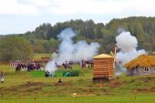 Reenactors dressed as Napoleonic war soldiers fight on the battle field. — Stock Photo