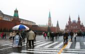 People walk on the Red Square in Moscow. — Stock Photo