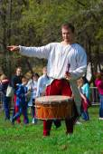 Musician in historical costume play drums in a park — Zdjęcie stockowe