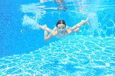 Glückliche Mädchen schwimmt im Schwimmbad Unterwasser, aktive Kind schwimmen — Stockfoto