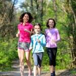 Rodinný sport, happy aktivní matka a děti běhat venku, běh v lese — Stock fotografie #75103537