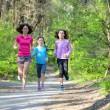 Rodinný sport, happy aktivní matka a děti běhat venku, běh v lese — Stock fotografie #75103683