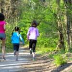 Rodinný sport, happy aktivní matka a děti běhat venku, běh v lese — Stock fotografie #75103781