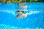 Šťastný, že dítě plave v bazénu pod vodou, aktivní dítě, plavání, hraní a zábava, děti vodní sport — Stock fotografie