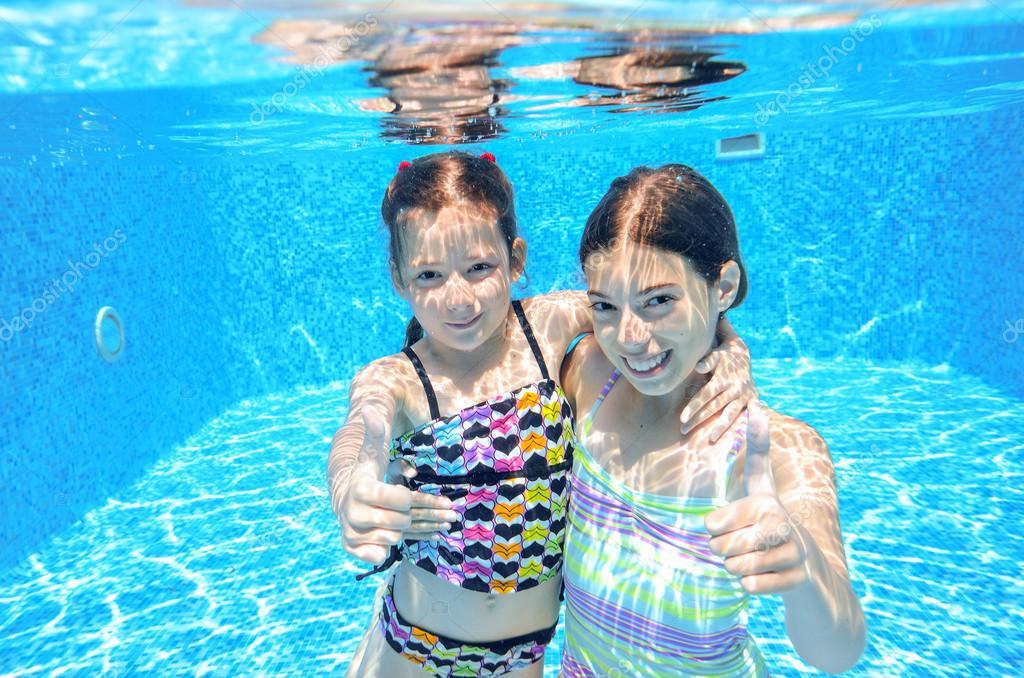 Felices los ni os nadan en la piscina bajo el agua las for Fotos follando en la piscina
