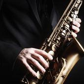 Saxophone player Saxophonist with sax alto — Stock Photo